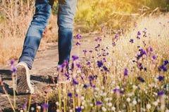 Pieds de fille marchant en belle fleur classée Photo libre de droits