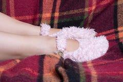 Pieds de filles dans des chaussons mous Photographie stock