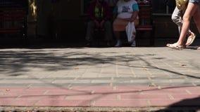 Pieds de foule de concept avec le plan rapproché de chaussures Personnes anonymes marchant sur la rue banque de vidéos