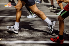 Pieds de groupe d'athlètes courant le marathon Images libres de droits