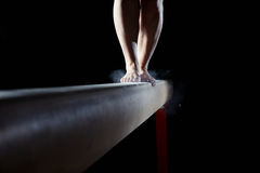 Pieds de gymnaste sur le faisceau d'équilibre Photo libre de droits