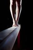 Pieds de gymnaste sur le faisceau d'équilibre Photographie stock libre de droits
