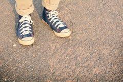 Pieds de hippie un homme et une espadrille de jeans en nature Photographie stock libre de droits