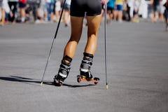 Pieds de jeune athlète féminin dans le ski-rouleau Images stock