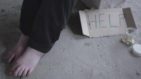 Pieds de la pauvre fille aux pieds nus non reconnue s'asseyant dans un vide poussiéreux dans le bâtiment abandonné Un signe qui i clips vidéos