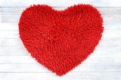 Pieds de nettoyage natte de forme rouge de coeur ou texture de tapis Photographie stock libre de droits