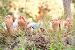 Pieds de père, de mère et d'enfant dans l'herbe. Photos libres de droits