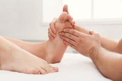 Pieds de plan rapproché de massage, acupressure photos stock