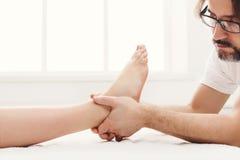 Pieds de plan rapproché de massage, acupressure image libre de droits