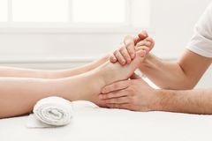 Pieds de plan rapproché de massage, acupressure photo libre de droits