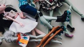 Pieds de poupées de jouet en gros plan Foyer peu profond de poupée moderne de jouet Photo libre de droits