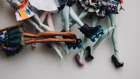 Pieds de poupées de jouet en gros plan Foyer peu profond de poupée moderne de jouet Image libre de droits