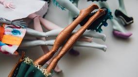 Pieds de poupées de jouet en gros plan Foyer peu profond de poupée moderne de jouet Photographie stock libre de droits