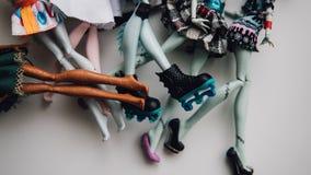 Pieds de poupées de jouet en gros plan Foyer peu profond de poupée moderne de jouet Photo stock