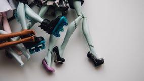 Pieds de poupées de jouet en gros plan Foyer peu profond de poupée moderne de jouet Image stock