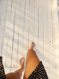 Pieds de Sandy sur le bois blanc Image stock