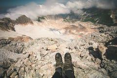 Pieds de selfie de femme de trekking de détente de bottes extérieure Photographie stock libre de droits