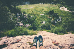 Pieds de Selfie de voyageur de chaussures de course détendant sur la falaise Image libre de droits