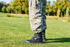 Pieds de soldat dans les bottes militaires Photos libres de droits
