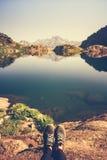 Pieds de voyageur de Selfie détendant avec le lac et le Mountain View sur le fond Photos stock