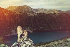 Pieds de voyageur de Selfie détendant avec le lac et les montagnes Photo stock