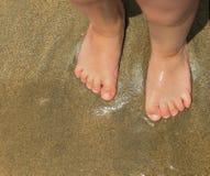 Pieds debout enfant de pied de petit Photographie stock libre de droits