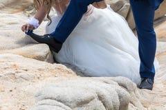 Pieds des jeunes mariés, épousant des chaussures Photographie stock libre de droits