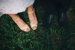 Pieds des jeunes mariés Photos libres de droits