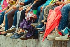 Pieds du ` s d'enfants Vue inférieure Spectateurs d'une représentation théâtrale en plein air Images stock
