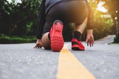 Pieds du ` s de coureur fonctionnant sur la route en parcs publics, course pour le poids perdant photographie stock
