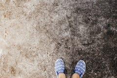 Pieds du ` s de femme dans des chaussures de marche sur la route goudronnée Photo concrète industrielle de vue supérieure de plan image libre de droits