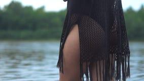 Pieds du ` s de femmes dans l'eau banque de vidéos
