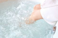 Pieds du ` s de femmes qu'elle se baignait dans une baignoire photographie stock libre de droits