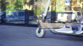 Pieds du ` s de fille sur la fin électrique de scooter, MOIS lent banque de vidéos