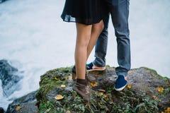 Pieds en gros plan d'un couple affectueux en nature, été, cascade photo stock
