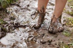 Pieds en plan rapproché de boue Image stock
