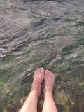 Pieds en rivière chaude photo stock