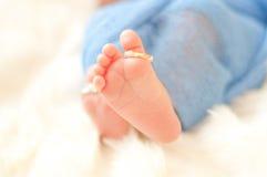 Pieds et anneau de bébé sur l'orteil Photo stock