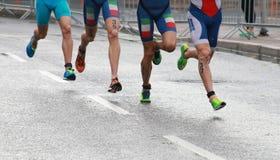 Pieds et jambes colorés de triathlon Photos libres de droits
