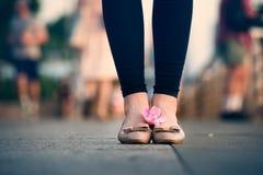Pieds et jambes de femme avec des chaussures dehors Photographie stock libre de droits