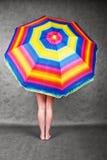 Pieds et parapluie d'arc-en-ciel Photographie stock