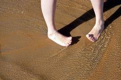 Pieds femelles aux pieds nus en vague déferlante en fonction Photos libres de droits
