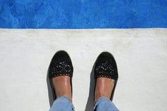 Pieds femelles bronzés au bord de la piscine Photos libres de droits