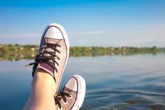 pieds femelles dans des espadrilles Photos libres de droits