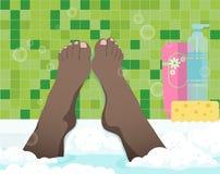 Pieds femelles dans la salle de bains Photos stock