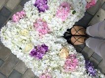 Pieds, fleurs et amour de femme Photos libres de droits