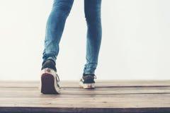 pieds frais de femme de hippie avec les espadrilles noires, vintage mou modifié la tonalité Photographie stock libre de droits