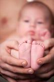 Pieds heureux de bébé photo stock