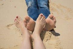 pieds heureux sur la plage touchant ensemble, pied affectueux Image stock