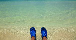 Pieds heureux Vacances de vacances Paires de pieds d'un couple détendant sur la plage dans l'eau Photo stock